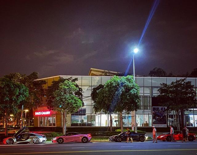 Dàn siêu xe Sài Gòn trị giá trăm tỷ tụ hội: Màu sắc sặc sỡ, một chiếc giống trong phim hoạt hình - Ảnh 1.