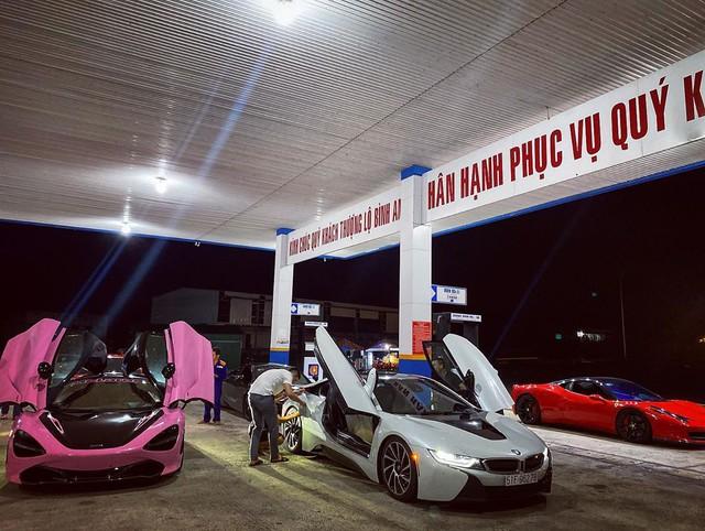 Dàn siêu xe Sài Gòn trị giá trăm tỷ tụ hội: Màu sắc sặc sỡ, một chiếc giống trong phim hoạt hình - Ảnh 2.