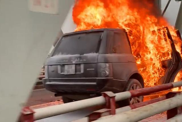 Hà Nội: Xe Range Rover bốc cháy ngùn ngụt trên cầu Chương Dương - Ảnh 4.