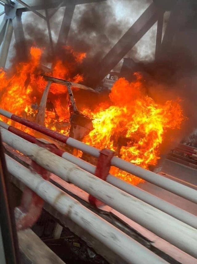Hà Nội: Xe Range Rover bốc cháy ngùn ngụt trên cầu Chương Dương - Ảnh 5.