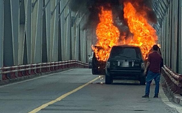 Hà Nội: Xe Range Rover bốc cháy ngùn ngụt trên cầu Chương Dương - Ảnh 1.