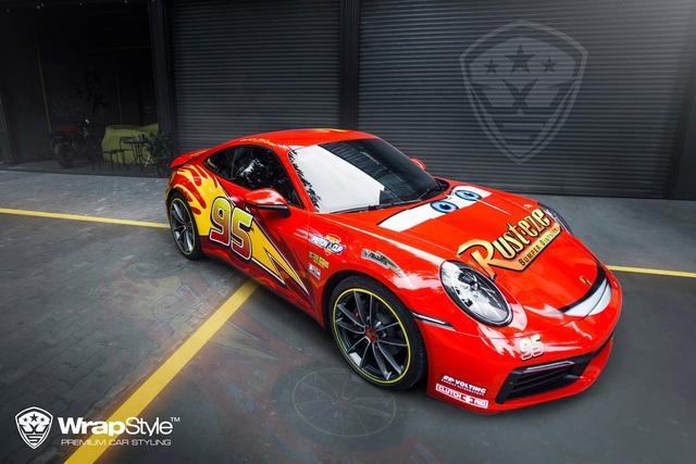 Porsche 911 Carrera lột xác với lớp áo lấy cảm hứng từ nhân vật hoạt hình Lightning McQueen - Ảnh 1.