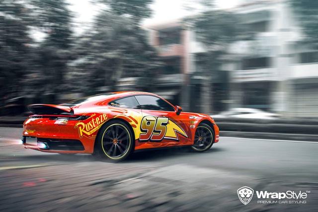 Porsche 911 Carrera lột xác với lớp áo lấy cảm hứng từ nhân vật hoạt hình Lightning McQueen - Ảnh 2.