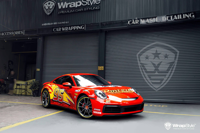 Porsche 911 Carrera lột xác với lớp áo lấy cảm hứng từ nhân vật hoạt hình Lightning McQueen - Ảnh 3.