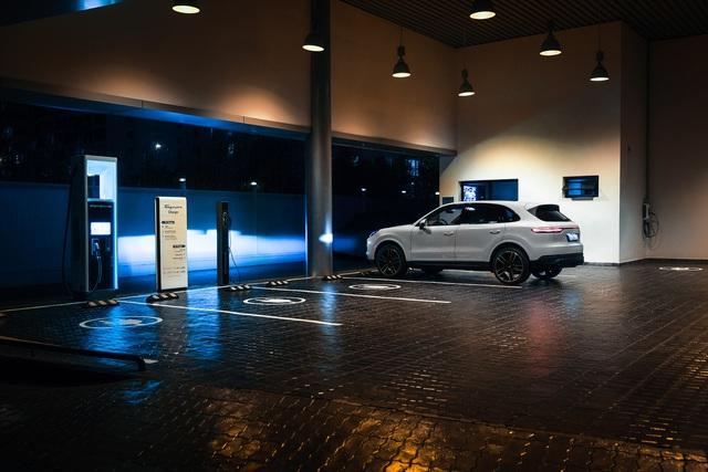 Porsche Taycan chốt giá từ 5,72 tỷ đồng tại Việt Nam: Tăng tốc như siêu xe, không tốn một giọt nhiên liệu - Ảnh 2.