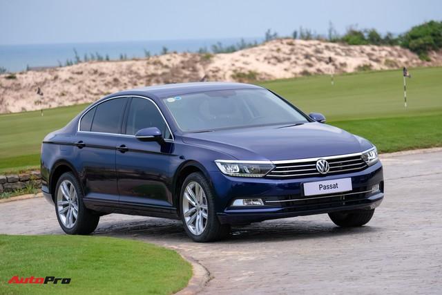 Đại hạ giá ô tô ở Việt Nam: Volkswagen mạnh tay giảm gần 200 triệu cho xe cạnh tranh Toyota Camry - Ảnh 1.