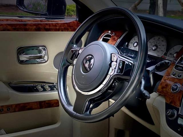 Sau gần 1 thập kỷ, Rolls-Royce Ghost hạ giá rẻ hơn cả Mercedes-Maybach đập hộp - Ảnh 4.