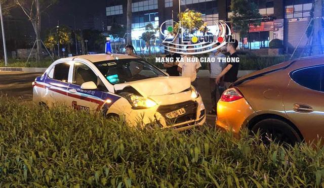 Taxi tông móp siêu xe tiền tỷ, hình ảnh tài xế bên vệ đường khiến tất cả chú ý - Ảnh 1.