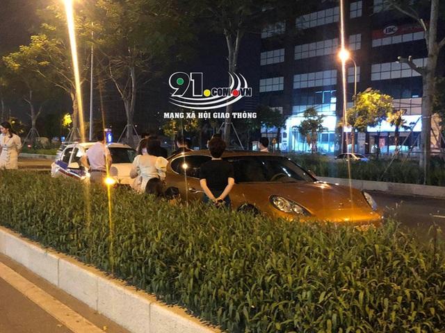 Taxi tông móp siêu xe tiền tỷ, hình ảnh tài xế bên vệ đường khiến tất cả chú ý - Ảnh 2.