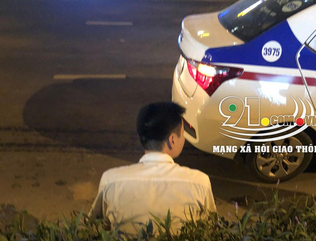 Taxi tông móp siêu xe tiền tỷ, hình ảnh tài xế bên vệ đường khiến tất cả chú ý - Ảnh 3.