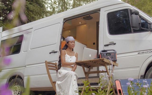 Đôi vợ chồng người Việt đầu tư gần 600 triệu đồng mua chiếc xe Van, tự xây bếp và phòng ngủ rồi đưa nhau đi khắp nước Mỹ, mỗi sáng thức dậy là một view khác nhau - Ảnh 1.