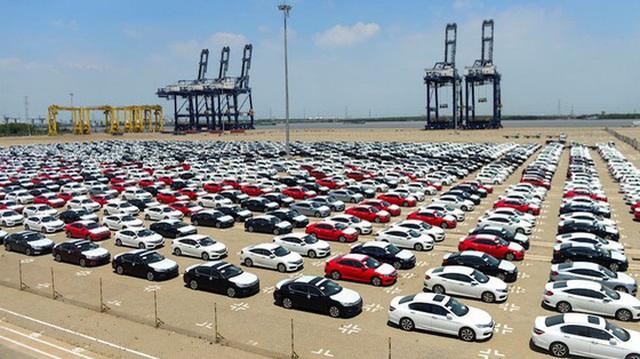 Ô tô nhập khẩu về Việt Nam tăng giá hàng trăm triệu đồng/chiếc