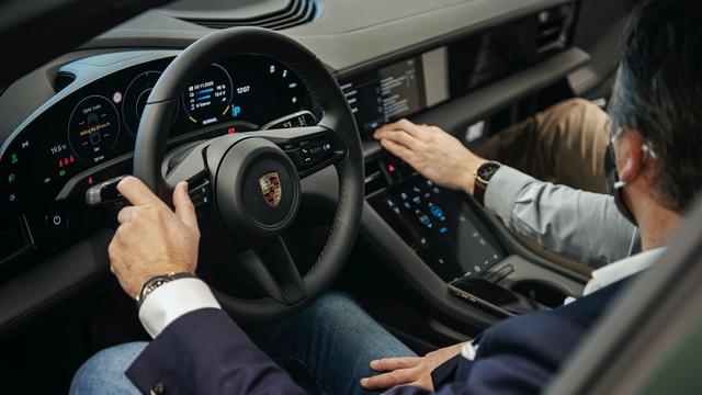 Porsche cho báo giới mượn xe Tesla chạy thử để nâng bi Taycan - Ảnh 1.