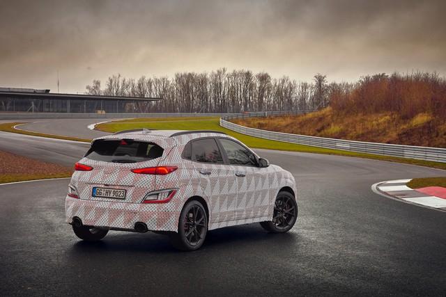 Hyundai lại nhá hàng Kona N, xác nhận động cơ và hộp số sử dụng - Ảnh 1.