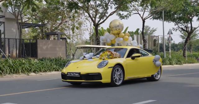 HOT: Sau khi được vợ doanh nhân cầu hôn lãng mạn, chồng nhà người ta tặng vợ siêu xe Porsche 911 bạc tỷ chơi Tết khiến dân mạng bội phần ga tô - Ảnh 5.
