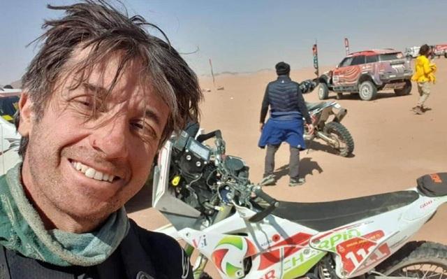 Giải đua xe khắc nghiệt nhất hành tinh lại chứng kiến bi kịch: Tay đua mô tô qua đời trên máy bay cứu thương - Ảnh 1.