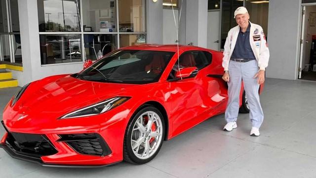 Cụ ông 90 tuổi tự thưởng sinh nhật bằng Chevrolet Corvette mới toanh