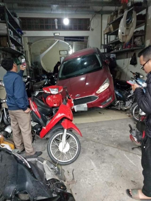 Pha lùi ô tô khiến tất cả hoảng sợ, người chịu hậu quả nặng nề nhất lại là chủ cửa hàng sửa xe - Ảnh 2.