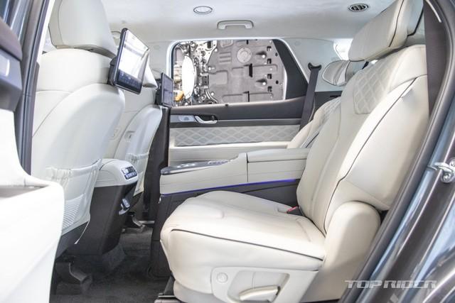 Ảnh thực tế Hyundai Palisade phiên bản VIP tại đại lý: Ghế sau đúng chất ông chủ, xịn không kém Maybach, giá quy đổi hơn 1,1 tỷ đồng - Ảnh 4.