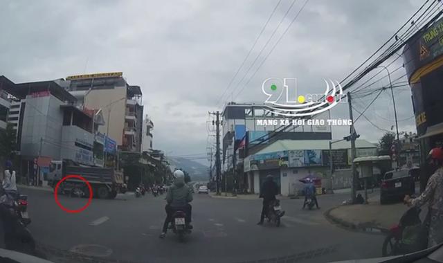 Vượt đèn đỏ khi chỉ còn 3 giây là tới đèn xanh, người đàn ông đi xe máy bị xe ben cuốn vào gầm và cái kết đầy kinh ngạc - Ảnh 2.