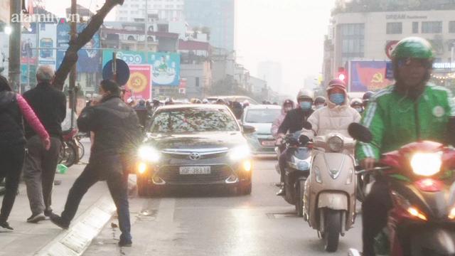 Hà Nội: Những chiếc xe vô duyên giữa giờ cao điểm khiến người đi đường tức ói máu - Ảnh 3.