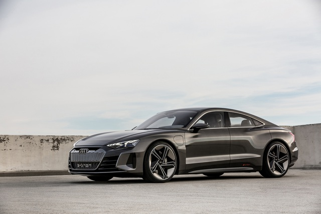 Audi E-Tron GT - Kỳ phùng địch thủ Porsche Taycan chốt lịch ra mắt đầu tháng 2 - Ảnh 1.