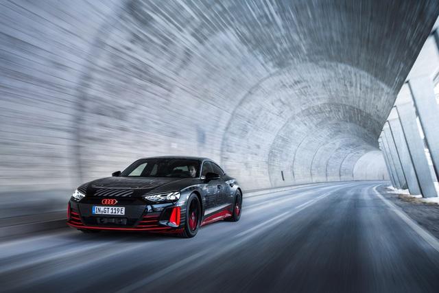 Audi E-Tron GT - Kỳ phùng địch thủ Porsche Taycan chốt lịch ra mắt đầu tháng 2 - Ảnh 3.