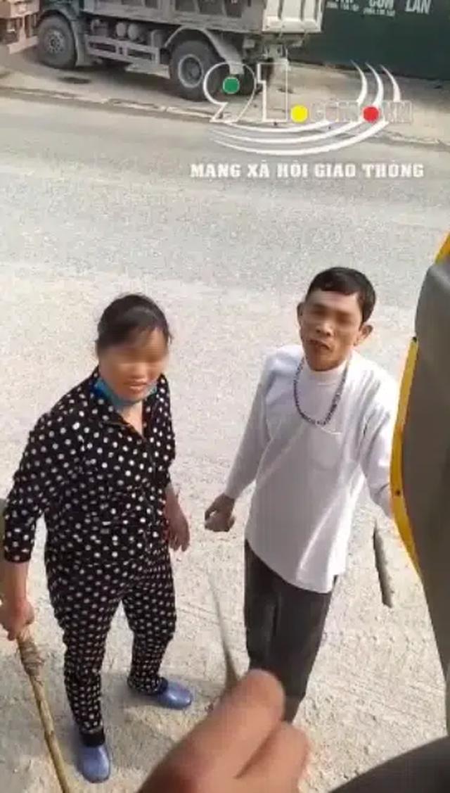 Cặp vợ chồng dọa cởi truồng, tay cầm đá và cán chổi bắt tài xế trả 100 nghìn đồng vì đỗ xe trước cửa - Ảnh 2.