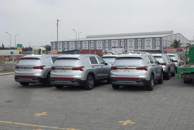 Xuất hiện lô cả chục xe Hyundai Santa Fe 2021 tại Việt Nam với đặc điểm lạ ở phía sau - Ảnh 2.