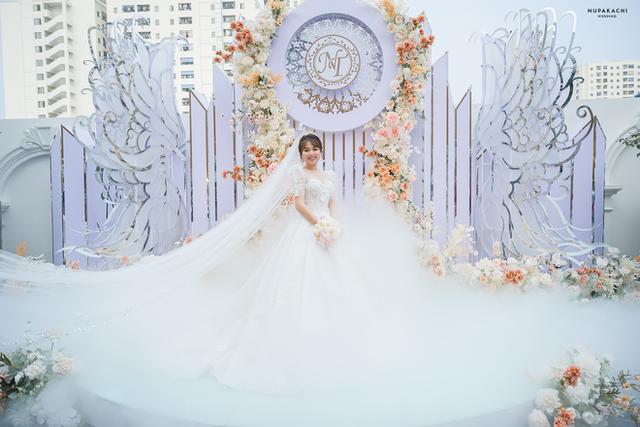 """Đám cưới """"cổ tích"""" tại Bắc Ninh: Bố tự tay thiết kế hôn lễ cho con gái, chi phí hơn 30 tỷ, gần 300 xế hộp xếp chật kín đường - Ảnh 1."""