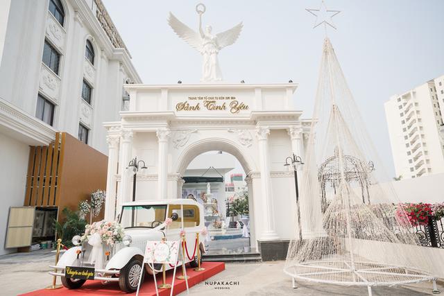 """Đám cưới """"cổ tích"""" tại Bắc Ninh: Bố tự tay thiết kế hôn lễ cho con gái, chi phí hơn 30 tỷ, gần 300 xế hộp xếp chật kín đường - Ảnh 3."""