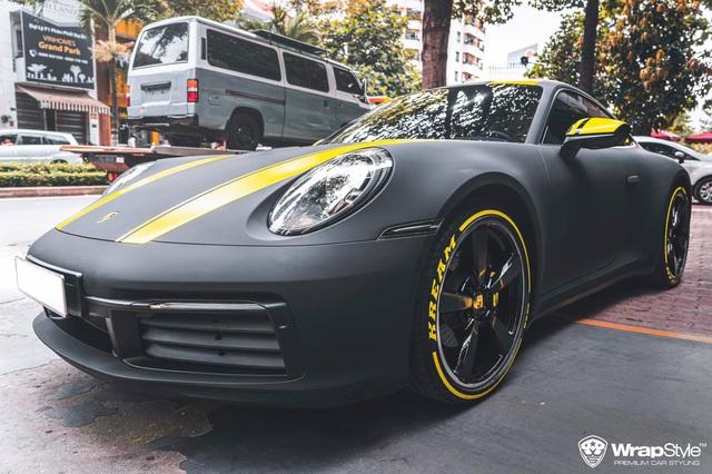 Cận cảnh Porsche 911 Carrera của con gái doanh nhân Phạm Trần Nhật Minh, sở hữu lớp decal cực nổi bật - Ảnh 1.