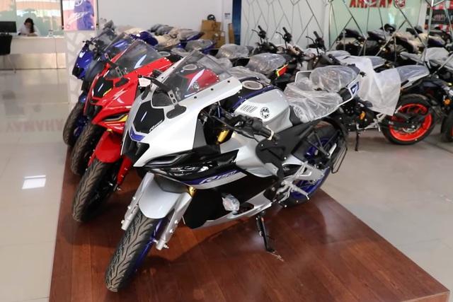 Ảnh thực tế Yamaha YZF-R15 2021 vừa về đại lý: Bề thế như phân khối lớn, hiện đại hơn hẳn Honda CBR150R