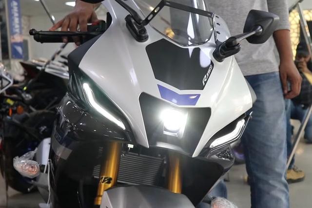 Ảnh thực tế Yamaha YZF-R15 2021 vừa về đại lý: Bề thế như phân khối lớn, hiện đại hơn hẳn Honda CBR150R - Ảnh 3.