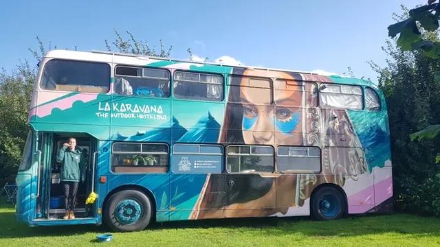 4 cô gái trẻ mua xe buýt rẻ tiền rồi biến thành mobihome sang chảnh, đem cho thuê kiếm gần nghìn đô mỗi tuần - Ảnh 12.
