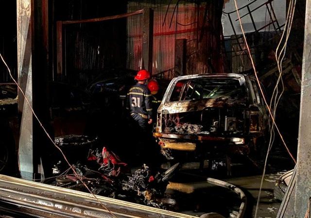 Cháy garage ô tô, 3 xe sang gồm Range Rover và Audi bị nướng chín - Ảnh 2.