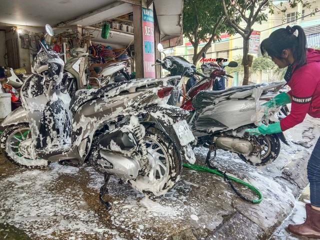 Cận cảnh dịch vụ rửa xe sáng 30 Tết - Tầm này đắt mấy cũng chơi - Ảnh 1.
