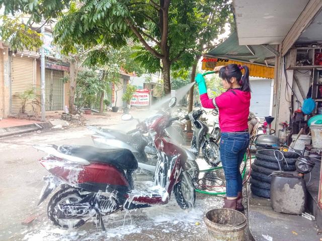 Cận cảnh dịch vụ rửa xe sáng 30 Tết - Tầm này đắt mấy cũng chơi - Ảnh 2.
