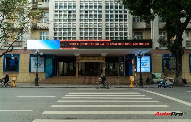 Đường phố Hà Nội mùng 1 Tết so với ngày thường: Xe cộ vắng bóng, không còn những dòng người hối hả - Ảnh 8.