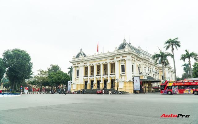 Đường phố Hà Nội mùng 1 Tết so với ngày thường: Xe cộ vắng bóng, không còn những dòng người hối hả - Ảnh 7.
