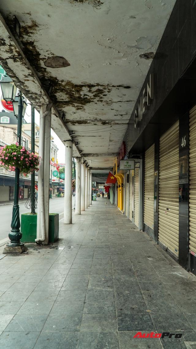 Đường phố Hà Nội mùng 1 Tết so với ngày thường: Xe cộ vắng bóng, không còn những dòng người hối hả - Ảnh 10.