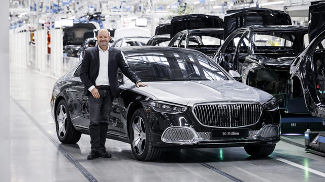Mercedes-Maybach S-Class 2021 đầu tiên xuất xưởng, đánh dấu cột mốc 50 triệu xe rời khỏi dây chuyền sản xuất - Ảnh 2.