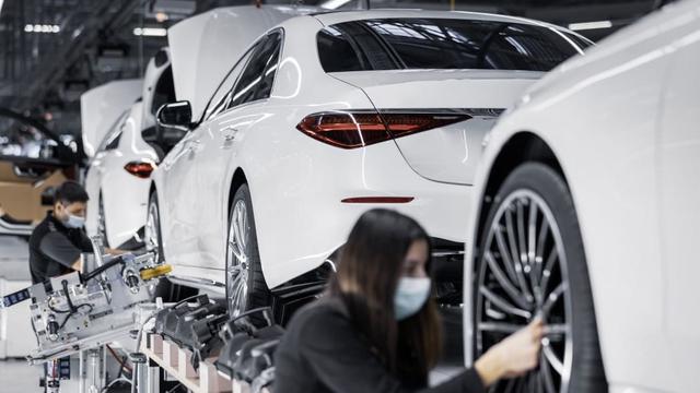 Mercedes-Maybach S-Class 2021 đầu tiên xuất xưởng, đánh dấu cột mốc 50 triệu xe rời khỏi dây chuyền sản xuất - Ảnh 1.