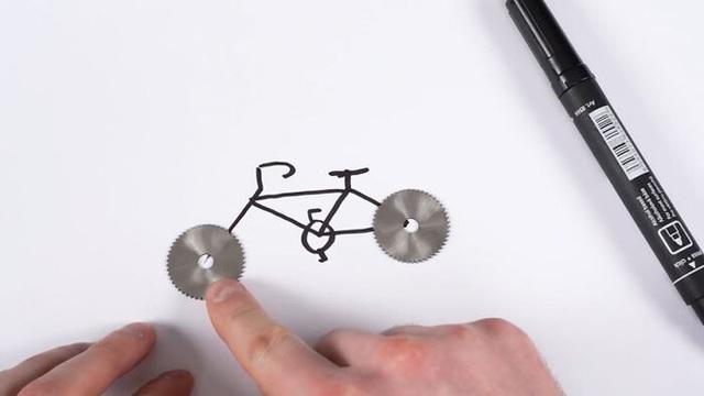 Thay lốp bằng lưỡi cưa, chiếc xe đạp kinh dị này có thể lướt đi trên mặt hồ đóng băng - Ảnh 1.