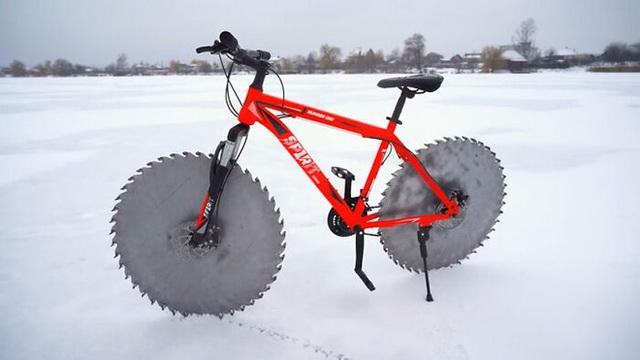 Thay lốp bằng lưỡi cưa, chiếc xe đạp kinh dị này có thể lướt đi trên mặt hồ đóng băng - Ảnh 3.
