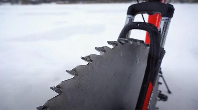 Thay lốp bằng lưỡi cưa, chiếc xe đạp kinh dị này có thể lướt đi trên mặt hồ đóng băng - Ảnh 8.