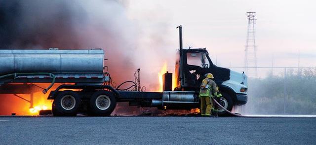 Tại sao xe bồn chở xăng, dầu lại treo một sợi dây xích dài phía sau? - Ảnh 1.