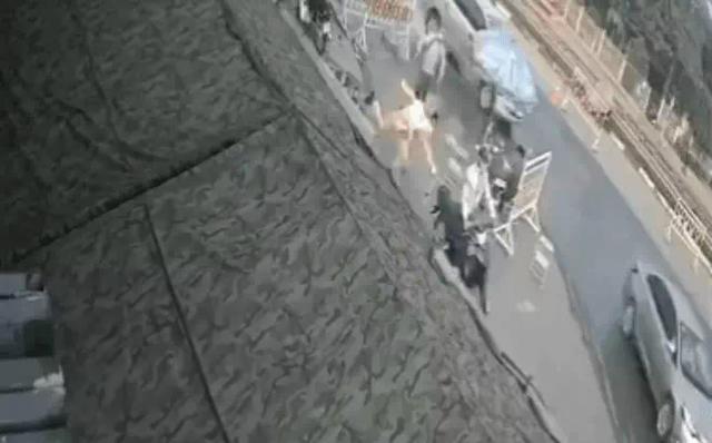 Bị CSGT dừng kiểm tra, người đàn ông bất ngờ nhảy lên xe bỏ chạy, húc hỏng lán chốt kiểm dịch - Ảnh 1.