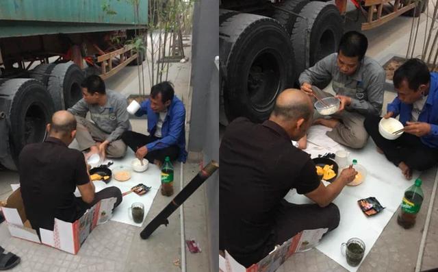 Bữa cơm bên đường nấu vội của các tài xế container: Gia đình ở nhà nhìn thấy mà