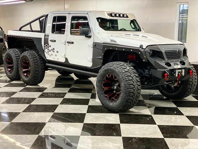 Jeep Gladiator độ 6 bánh chào hàng đại gia trong nước với giá hơn 11 tỷ đồng: Xe bán tải sở hữu động cơ của xe thể thao - Ảnh 1.
